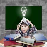 Enfant avec une expression étonnée à la salle de classe Image libre de droits