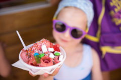 Enfant avec une glace Images libres de droits