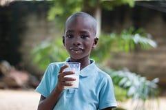 Enfant avec une glace de lait photo libre de droits