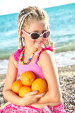 Enfant avec une orange Photo libre de droits