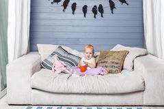 Enfant avec une tasse Photographie stock libre de droits