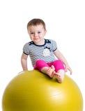 Enfant ayant l'amusement avec la boule gymnastique d'isolement photo libre de droits