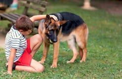 Enfant ayant l'amusement avec votre chien Photo stock
