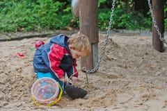 Enfant ayant l'amusement sur la cour de jeu Photographie stock libre de droits