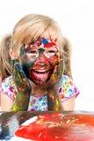 Enfant ayant la peinture d'amusement avec des mains Images libres de droits