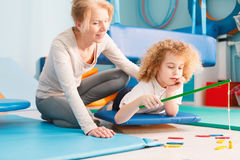 Enfant ayant la session sensorielle d'intégration Photos stock