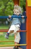 Enfant blond mignon sur la cour de jeu Images stock