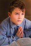 Enfant bouleversé dans la prière de chemise Photo libre de droits