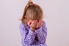 Enfant bouleversé de problème avec la tête dans des mains images libres de droits