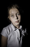 Enfant bouleversé sur un fond noir Image libre de droits