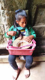 Enfant cambodgien vendant des souvenirs Photos stock