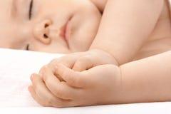 Enfant caucasien en sommeil, étreignant des mains ensemble Image libre de droits