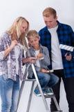 Enfant choisissant une couleur pour peindre une salle Photo stock