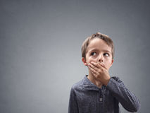 Enfant choqué et étonné examinant l'espace de copie Images stock