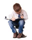 Enfant concentré complètement de travail avec son organisateur image stock