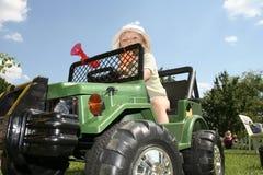 Enfant conduisant le véhicule de jouet photographie stock