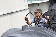 Enfant conduisant un tracteur Images libres de droits