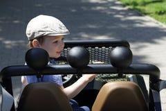 Enfant conduisant une jeep Photographie stock