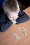 Enfant confus avec la famille de papier cassée Images stock