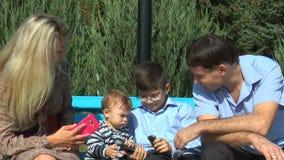 Enfant considérant différents téléphones clips vidéos