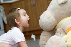 Enfant contre l'ours Photographie stock libre de droits