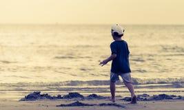 Enfant courant à une plage de sable Photographie stock libre de droits