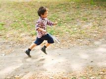 Enfant courant Photographie stock libre de droits