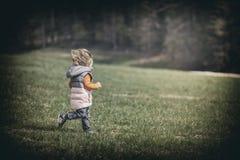 Enfant courant sur la pelouse Photo libre de droits