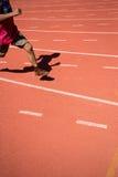Enfant courant sur la voie dans le stade Photo libre de droits