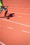 Enfant courant sur la voie dans le stade Images libres de droits