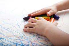 Enfant créateur recueillant des couleurs Images libres de droits