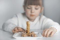 Enfant, cubes en sucre Le problème de la consommation excessive de sucre par des enfants photo libre de droits
