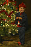 Enfant décorant l'arbre de Noël Images stock