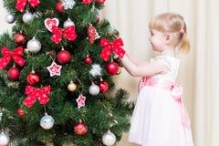 Enfant décorant l'arbre de Noël Image stock