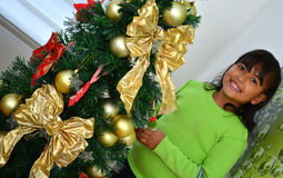 Enfant décorant un arbre de Noël Image libre de droits