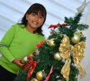 Enfant décorant un arbre de Noël Image stock