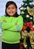 Enfant décorant un arbre de Noël Photographie stock libre de droits