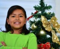 Enfant décorant un arbre de Noël Images stock