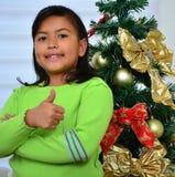 Enfant décorant un arbre de Noël Photos libres de droits
