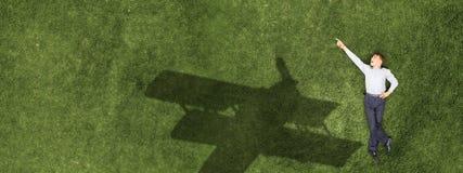Enfant détendant sur l'herbe image libre de droits