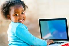 Enfant d'Afican apprenant sur l'ordinateur Photographie stock libre de droits