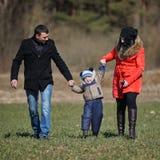 Enfant d'augmenter de maman et de papa  Photo stock