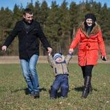 Enfant d'augmenter de maman et de papa  Photo libre de droits