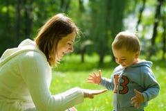 Enfant d'enfant en bas âge avec la mère Photo stock