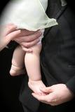 Enfant d'enfant en bas âge de fixation de père Image stock