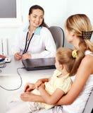 Enfant d'examen de docteur. photos stock