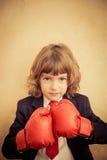 Enfant d'homme d'affaires dans les gants de boxe rouges Image stock
