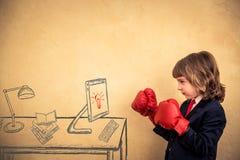 Enfant d'homme d'affaires dans les gants de boxe rouges Image libre de droits