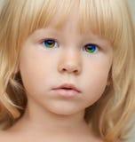 Enfant d'indigo avec des yeux d'un arc-en-ciel de magie photographie stock libre de droits