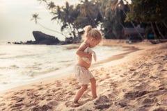 Enfant d'enfant jouant sur la plage pendant le mode de vie heureux de voyage d'enfance de concept de vacances d'été image libre de droits